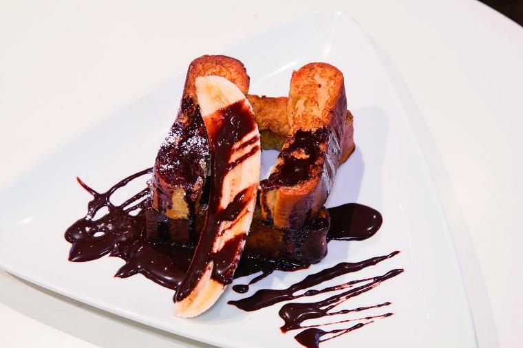 パティシエレシピのチョコレートソースとバナナのフレンチトースト
